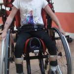 Aktywny wózek rehabilitacyjny z siedziskiem siodłem dla niepełnopsrawnego dzieckas